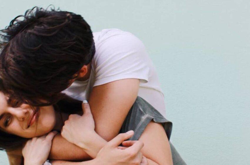 Cosa vuol dire quando il partner ti abbraccia per primo?