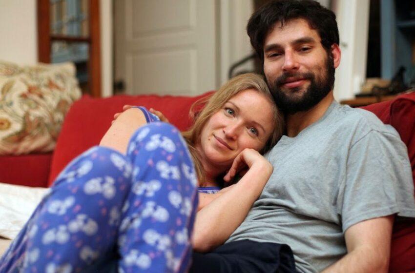 """Donna sposata paga un """"coccolatore professionista"""" 70 euro/h per sentirsi meno sola"""