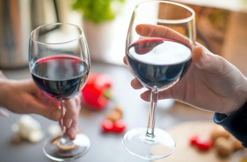 """""""Via l'alcol dal vino"""": la proposta dell'UE scatena l'ira dei viticoltori"""