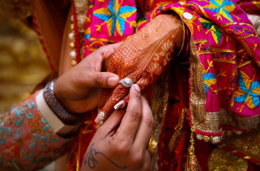 """India, sposa muore d'infarto durante le nozze: la famiglia la """"sostituisce"""" con la sorella"""