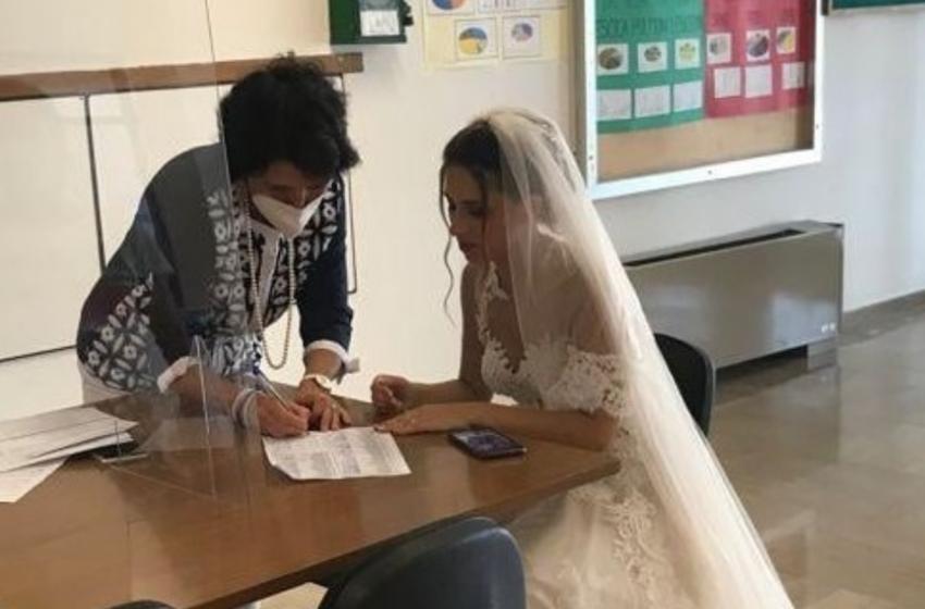 Martina Franca, docente precaria va a firmare il contratto in abito da sposa